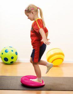 Kind trainiert sein Gleichgewicht